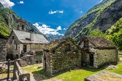 Pueblo de Forogio con las casas de piedra típicas y las montañas suizas, valle de Bavona, Tesino, Suiza imagenes de archivo