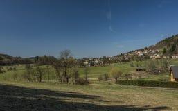 Pueblo de Frydstejn en día agradable soleado Imágenes de archivo libres de regalías