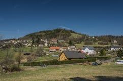 Pueblo de Frydstejn en día agradable soleado Fotos de archivo