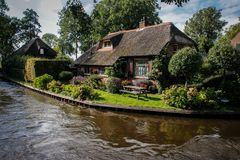 Pueblo de hadas hermoso con los canales que están flotando los barcos y las casas tradicionales acogedoras imágenes de archivo libres de regalías