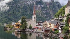 Pueblo de Hallstatt en las montañas austríacas almacen de metraje de vídeo