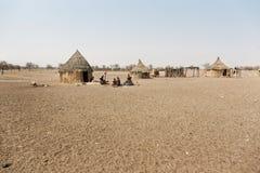 Pueblo de Himba con las chozas tradicionales cerca del parque nacional de Etosha adentro imágenes de archivo libres de regalías
