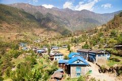 Pueblo de Kharikhola, montañas nepalesas de Himalaya Fotografía de archivo libre de regalías