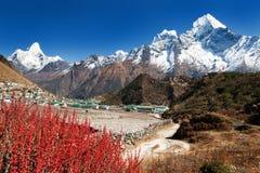 Pueblo de Khumjung e Himalaya hermoso Imagen de archivo libre de regalías