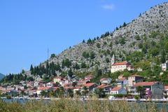 Pueblo de Komin y río de Neretva Croacia Imágenes de archivo libres de regalías