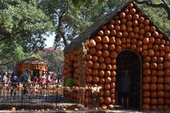 Pueblo de la calabaza en Dallas Arboretum y jardín botánico en Tejas fotos de archivo