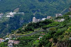 Pueblo de la ladera a lo largo de la costa del ` s Amalfi de Italia Imagen de archivo