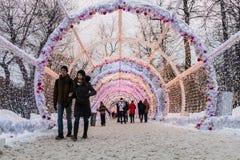 Pueblo de la Navidad justo en la calle de Tverskaya en la Moscú Fotografía de archivo