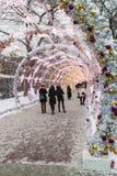 Pueblo de la Navidad justo en la calle de Tverskaya en la Moscú Imágenes de archivo libres de regalías