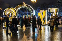 Pueblo de la Navidad justo en la calle de Tverskaya en la Moscú Foto de archivo