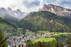 Pueblo de la selva en el Tirol del sur, dolomías, Italia Fotografía de archivo