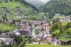 Pueblo de la selva en el Tirol del sur, dolomías, Italia Imágenes de archivo libres de regalías