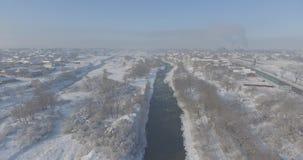 Pueblo de la visión aérea en el invierno almacen de video