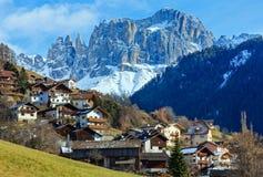 Pueblo de las gradas de la montaña (Italia). Foto de archivo