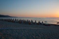 Pueblo de las vacaciones en una playa italiana vista en la puesta del sol Fotos de archivo