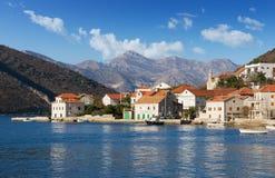 Pueblo de Lepetane Bahía de Kotor, Montenegro Foto de archivo