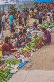 Pueblo de Lobesa, Punakha, Bhután - 11 de septiembre de 2016: Gente no identificada en el mercado semanal de los granjeros foto de archivo