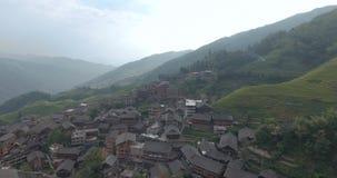 Pueblo de Longsheng y campo colgante del arroz metrajes