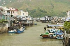 Pueblo de los pescadores del Tai O con las casas y las motoras del zanco en Hong Kong, China Fotos de archivo libres de regalías
