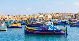 Pueblo de los pescadores de Marsaxlokk en Malta Barcos coloridos tradicionales en el puerto de Marsaxlokk fotografía de archivo libre de regalías