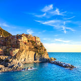 Pueblo, rocas y mar de Manarola en la puesta del sol. Cinque Terre, Italia Fotografía de archivo