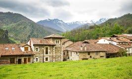 Pueblo de Mogrovejo delante del Picos de Europa, Cantabria, SP Imagen de archivo libre de regalías