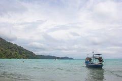 Pueblo de Moken en las islas de Surin, un archipiélago de cinco islas o: uno de los sitios más famosos de la zambullida del mundo Imagen de archivo