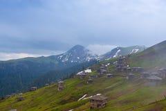 Pueblo de montaña abandonado viejo, en la niebla Fotografía de archivo