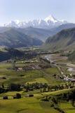 Pueblo de montaña bajo el cielo Fotos de archivo