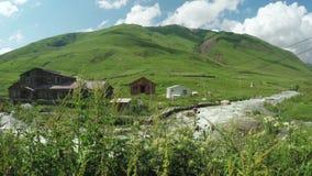 Pueblo de montaña cerca del río almacen de metraje de vídeo