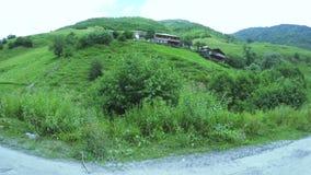 Pueblo de montaña cerca del río metrajes
