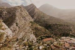 Pueblo de montaña cerca de la barra vieja, Montenegro fotografía de archivo