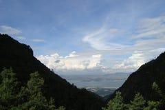Pueblo de montaña con el lago Foto de archivo libre de regalías