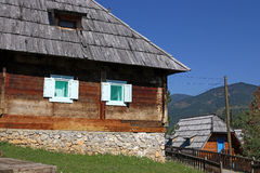Pueblo de montaña con las chozas Fotos de archivo