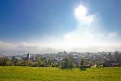 Pueblo de montaña de Kalnik en niebla Imagen de archivo libre de regalías