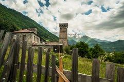Pueblo de montaña de la Edad Media en el Cáucaso. Imagen de archivo