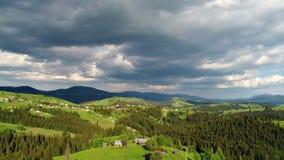 Pueblo de montaña debajo del cielo nublado metrajes