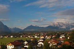 Pueblo de montaña en las montañas Imagen de archivo libre de regalías
