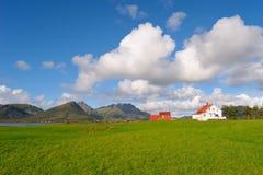 Pueblo de montaña en Noruega norteña imagenes de archivo