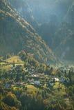 Pueblo de montaña en otoño