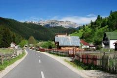 Pueblo de montaña en Rumania Imagen de archivo libre de regalías