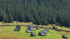 Pueblo de montaña en Transilvania, Rumania Fotos de archivo