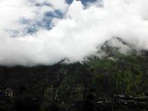 Pueblo de montaña en un día de la monzón Foto de archivo