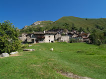 Pueblo de montaña italiano Imagenes de archivo