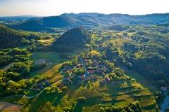Pueblo de montaña de la opinión aérea de la puesta del sol de Apatovec imagenes de archivo