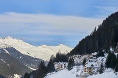 Pueblo de montaña nevado en el pie de la montaña por la tarde del invierno, estación de esquí Ischgl el Tyrol AlpsÑŽ Imagenes de archivo
