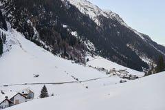 Pueblo de montaña nevado en el pie de la montaña por la tarde del invierno, estación de esquí Ischgl el Tyrol AlpsÑŽ Fotografía de archivo