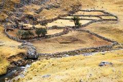 Pueblo de montaña peruano imagen de archivo