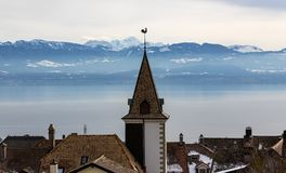 Pueblo de montaña por el lago Lemán con las montañas suizas imagenes de archivo