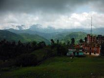Pueblo de montaña rural del Nepali durante monzón Imágenes de archivo libres de regalías